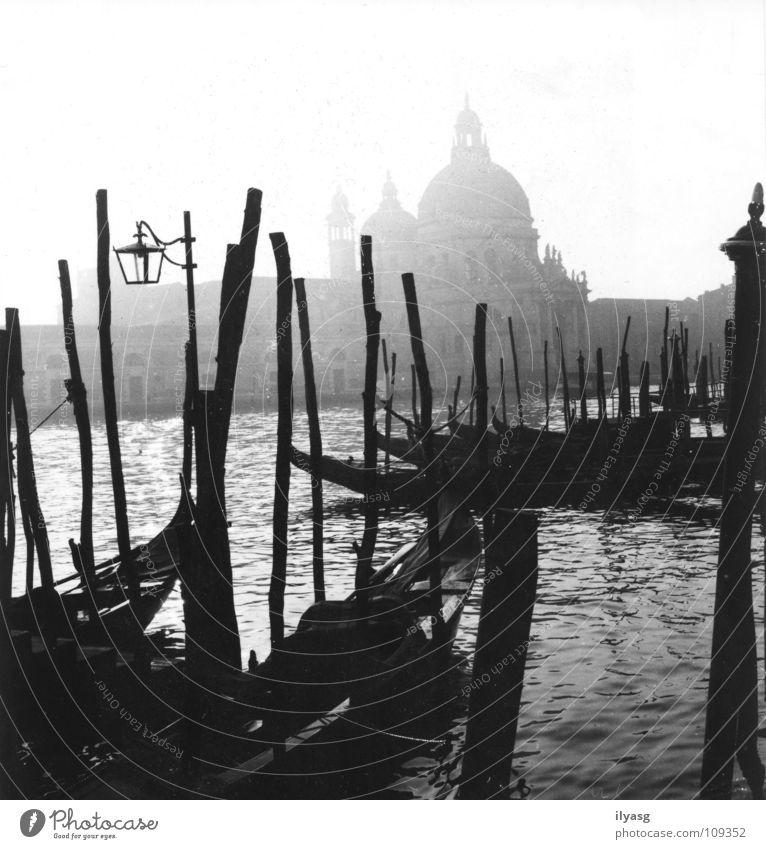 Venedig im Januar Wasser Schwarzweißfoto Nebel Italien Verkehrswege Kanal Gondel (Boot) Lagune Canal Grande