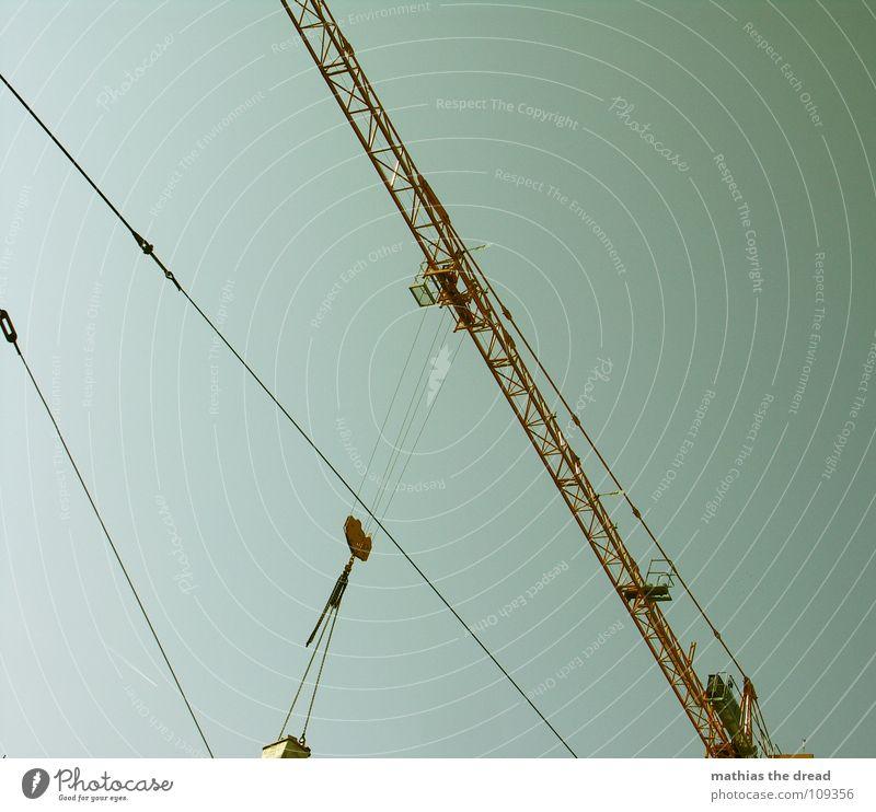 Kran Gewicht Arbeit & Erwerbstätigkeit schwer belasten gelb Stahl Baustelle Gleise streben Handwerk Industrie lastenzug ziehen hoch abwärts schwenken verrückt