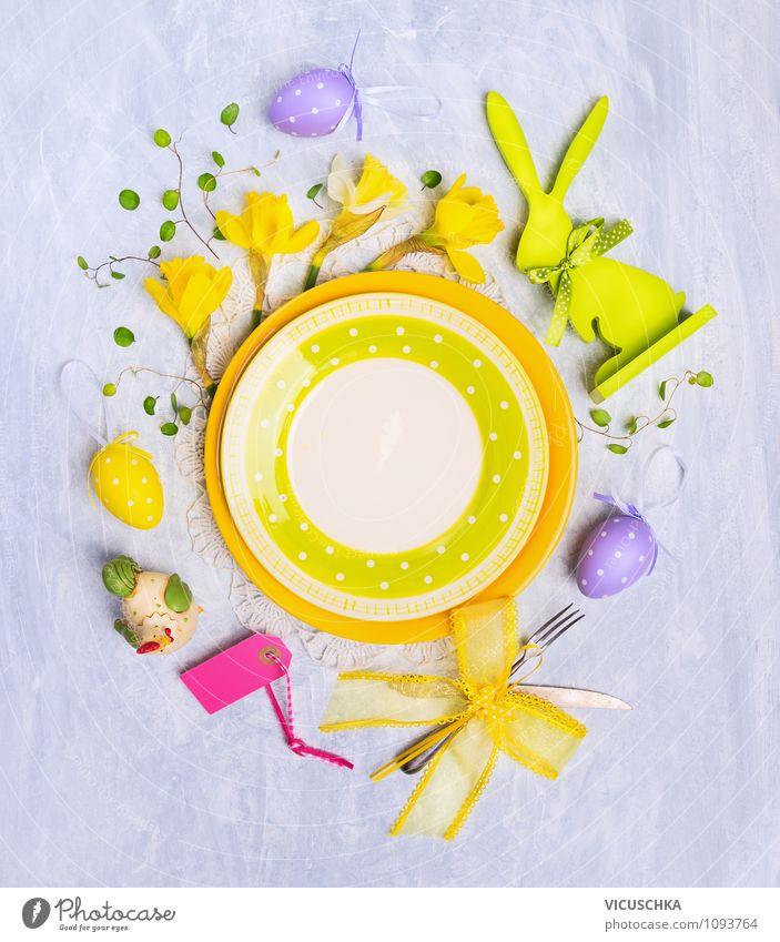 Leere Teller mit Ostern Dekoration Ernährung Geschirr Besteck Messer Gabel Lifestyle Stil Design Innenarchitektur Dekoration & Verzierung Tisch Küche Essen