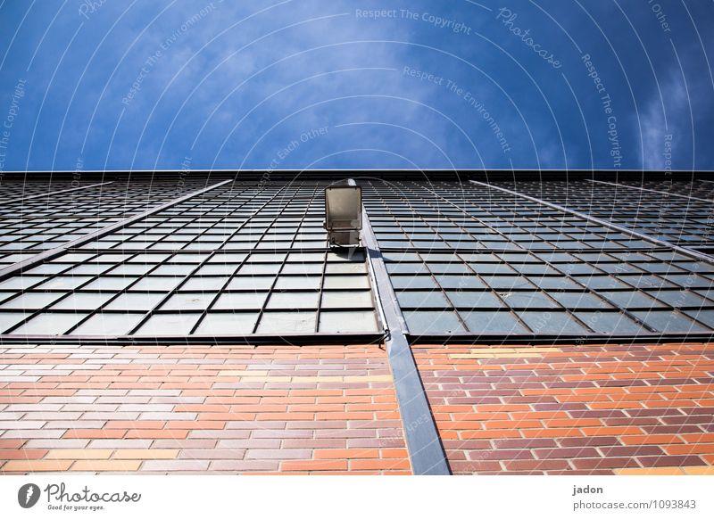 3-schicht-system. Himmel blau rot Haus Fenster Wand Architektur Beleuchtung Gebäude Mauer Lampe Fassade glänzend modern ästhetisch beobachten