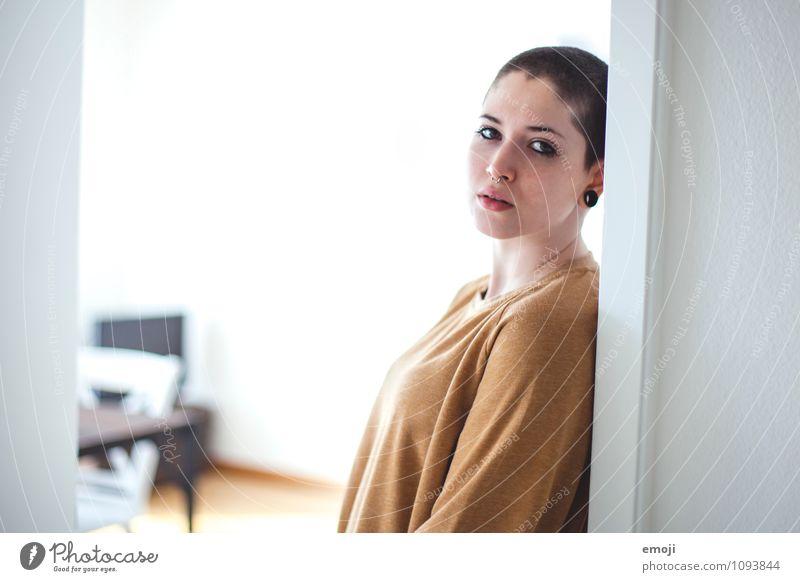home feminin androgyn Junge Frau Jugendliche 1 Mensch 18-30 Jahre Erwachsene kurzhaarig Glatze Coolness Farbfoto Innenaufnahme Textfreiraum links