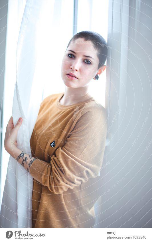 Lichtgestalt feminin androgyn Jugendliche 1 Mensch 18-30 Jahre Erwachsene Glatze einzigartig Farbfoto Innenaufnahme Tag Schwache Tiefenschärfe Oberkörper