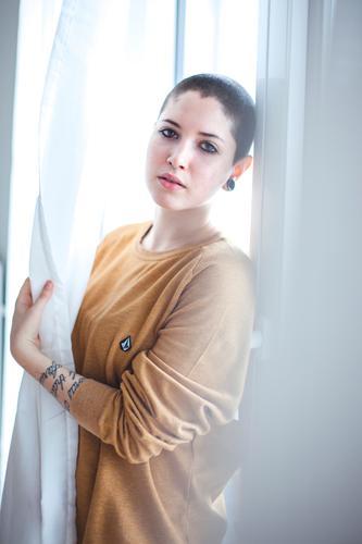 Lichtgestalt Mensch Jugendliche 18-30 Jahre Erwachsene feminin einzigartig Glatze androgyn