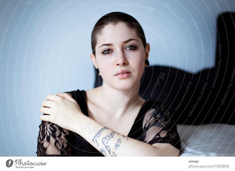 na du feminin androgyn Junge Frau Jugendliche 1 Mensch 18-30 Jahre Erwachsene brünett kurzhaarig Glatze einzigartig Piercing Tattoo Körperkunst rebellisch