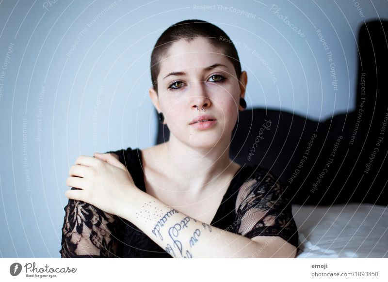 na du Mensch Jugendliche Junge Frau 18-30 Jahre Erwachsene feminin einzigartig Tattoo brünett Glatze Piercing rebellisch kurzhaarig androgyn Rebell provokant