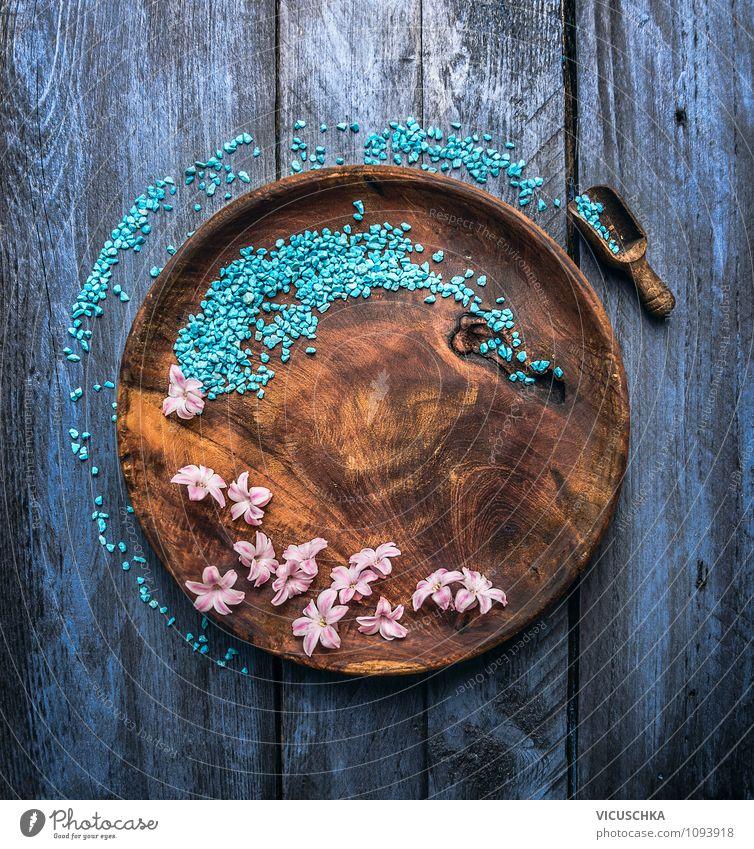 Holzteller mit blaue Badesalt und Blüten Natur blau Erholung Blüte Stil Gesundheit Hintergrundbild Design Dekoration & Verzierung Wellness Wohlgefühl Duft exotisch Meditation Top Holztisch