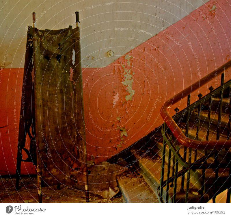 Heilstätte alt Farbe Einsamkeit Haus Gebäude Traurigkeit Tür Angst Treppe kaputt Vergänglichkeit Güterverkehr & Logistik Geländer Ende verfallen gruselig