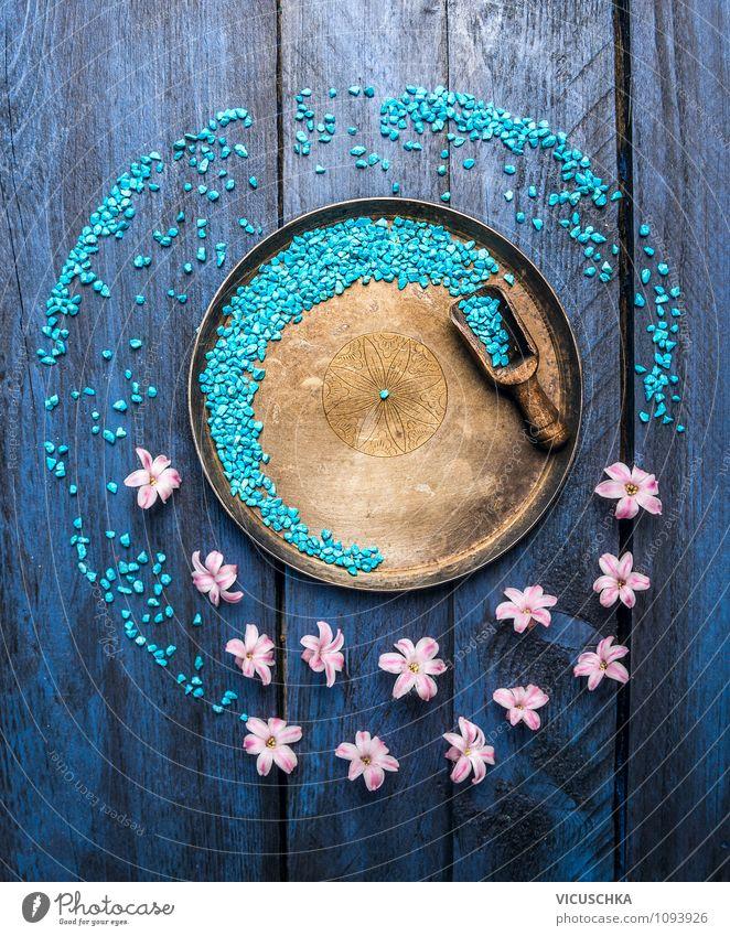 Schüssel mit blue Badesalz, Schaufel und Blumen. alt blau Erholung Innenarchitektur Stil Holz Gesundheit Hintergrundbild Design elegant Tisch Wellness