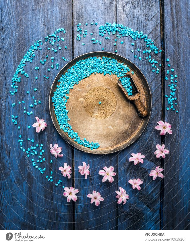 Schüssel mit blue Badesalz, Schaufel und Blumen. elegant Stil Design Gesundheit Wellness Wohlgefühl Erholung Meditation Kur Spa Massage Hintergrundbild Duft