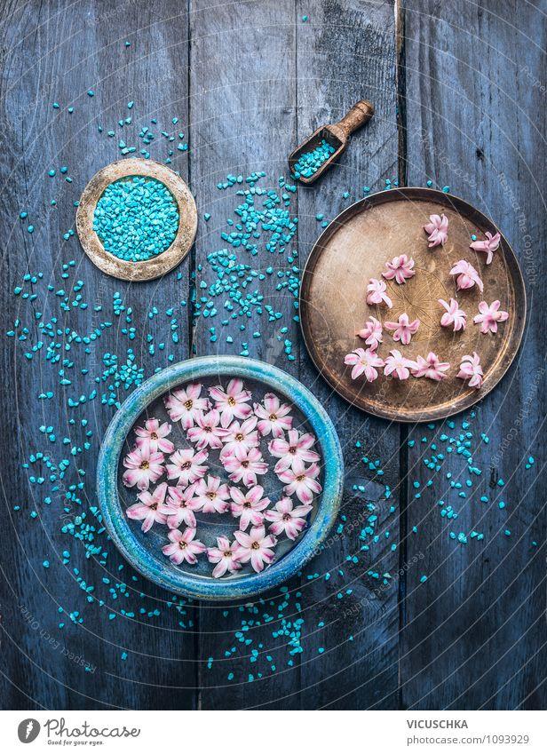 Schüsseln mit Blumen, Wasser und blaues Badesalz. Stil Design schön Körperpflege Behandlung Alternativmedizin Wellness Erholung Meditation Duft Spa Massage