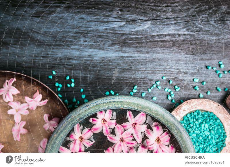 Spa Set mit blauem Badesalz elegant Stil Design schön Körperpflege Wellness Erholung ruhig Duft Kur Blüte aromatisch Blume genießen Extrakt Meersalz