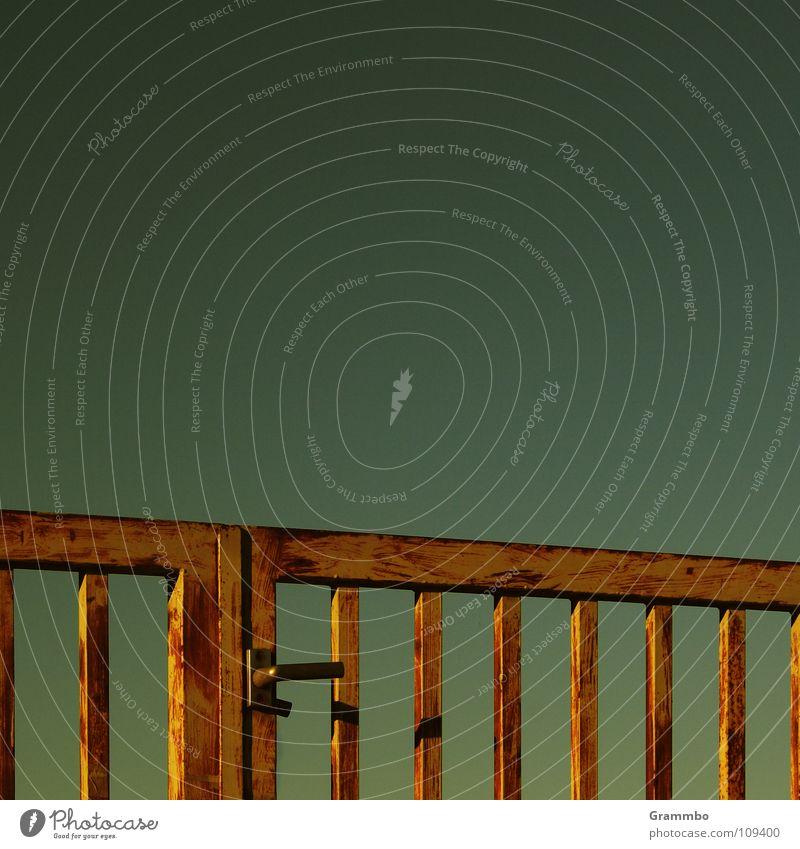 Der Himmel ist nun mal nicht blau ... hier Gitter geschlossen verbarrikadiert Tor Tor zum Himmel Metall nicht auf nicht offen Außenaufnahme