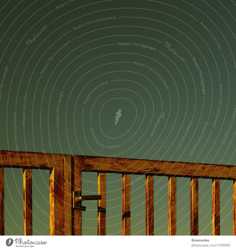 Der Himmel ist nun mal nicht blau ... hier Himmel Metall geschlossen Tor Gitter verbarrikadiert