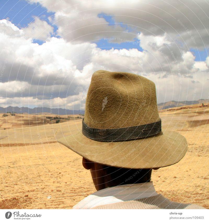 Bauer in den Anden 1 Mann Himmel weiß blau Ferien & Urlaub & Reisen Wolken Einsamkeit Ferne Berge u. Gebirge Landschaft braun Aussicht beobachten Hut