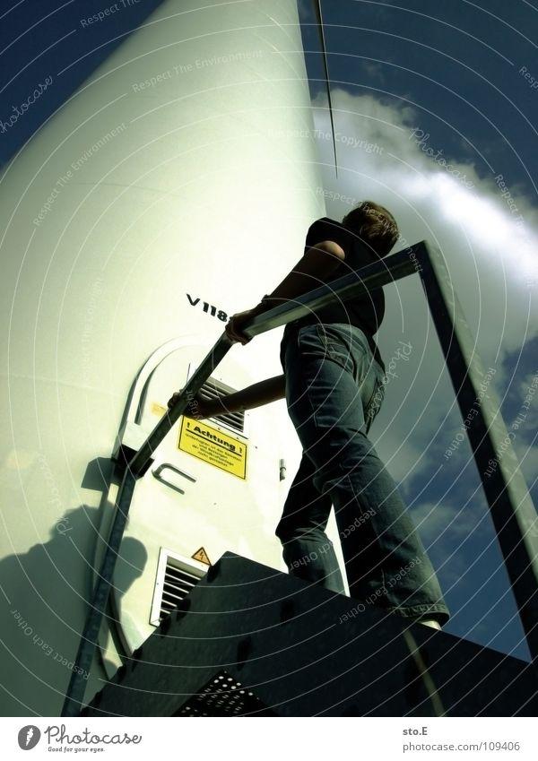 die ehrfurcht Kerl Mensch Windkraftanlage ökologisch Erneuerbare Energie drehen rotieren Stab Wolken schlechtes Wetter Kreis Blech Naht Elektrizität