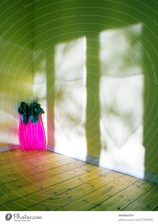 Schwimmen Schwimmhilfe Raum Holz trocken leer rot rosa Spielen Freizeit & Hobby Häusliches Leben Ecke Flur Bodenbelag auf dem trockenen sitzen Innenarchitektur
