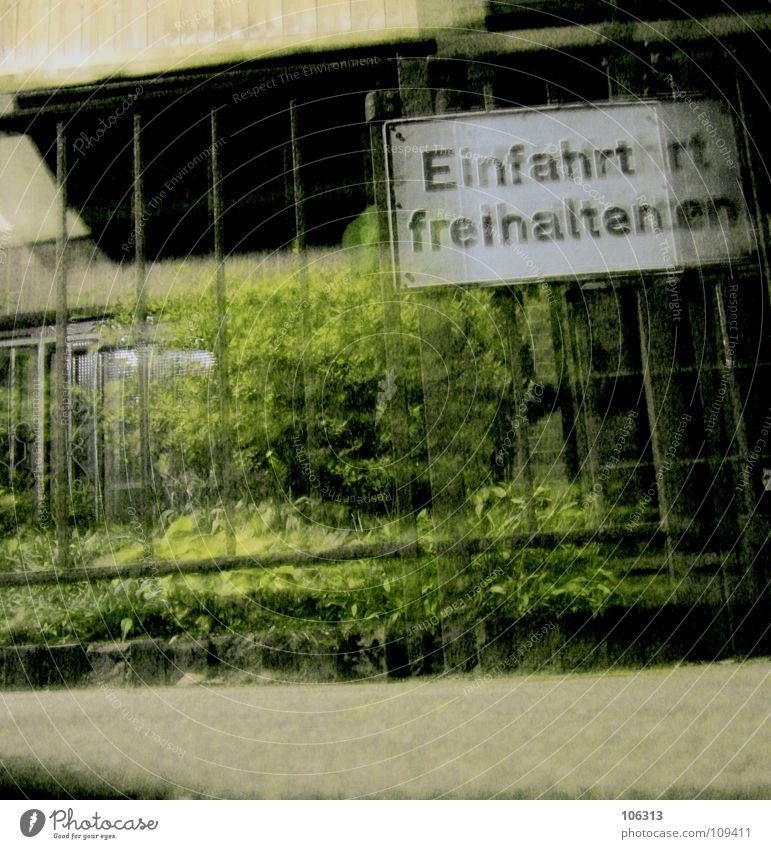 RUNAWAY DREAMER weiß grün schwarz Wohnung Schilder & Markierungen Frieden Buchstaben Alkoholisiert Bürgersteig Hinweisschild Verkehrswege Zaun gefangen Warnhinweis Doppelbelichtung Bremen