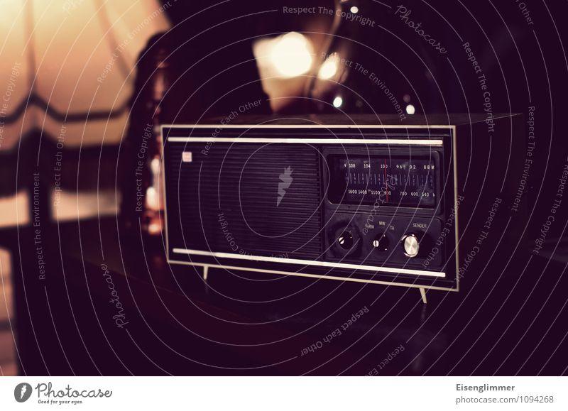 HMV-Mono Analog Radiogerät alt retro mono Wohnzimmer Sender UKW Farbfoto Gedeckte Farben Innenaufnahme Menschenleer Textfreiraum unten Schwache Tiefenschärfe