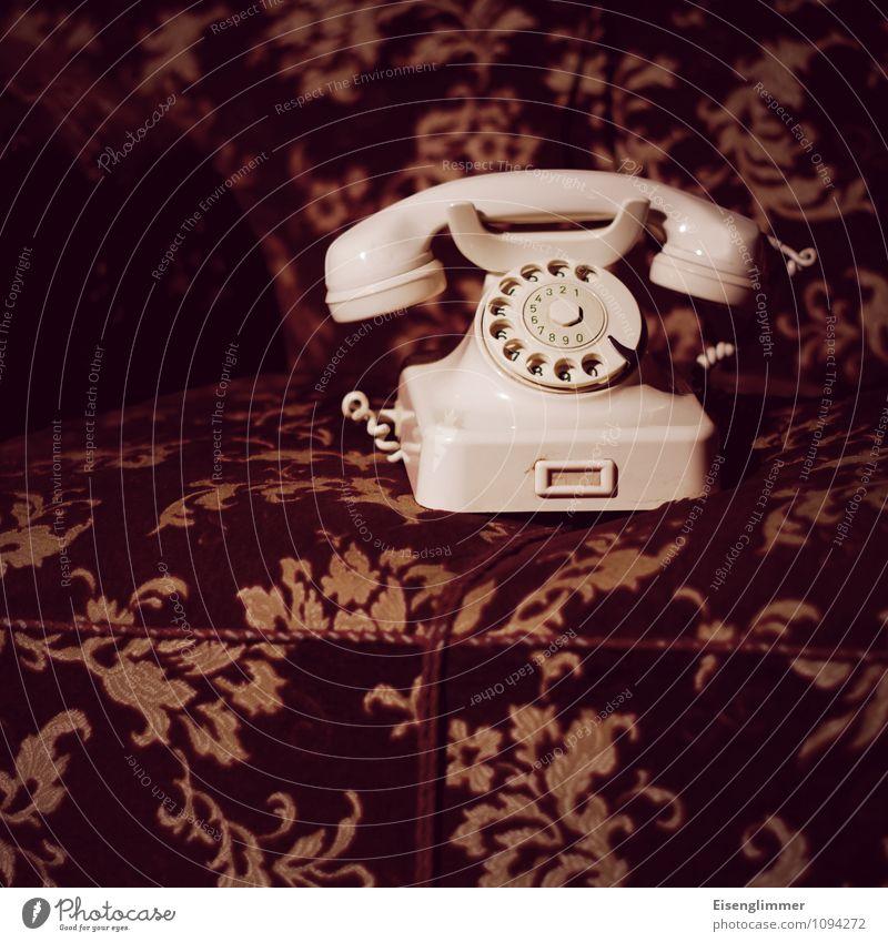 HMV-Omas Telefon Sofa Wohnzimmer alt retro Wählscheibe analog analog technik Kommunikationsmittel Farbfoto Gedeckte Farben Menschenleer Textfreiraum links