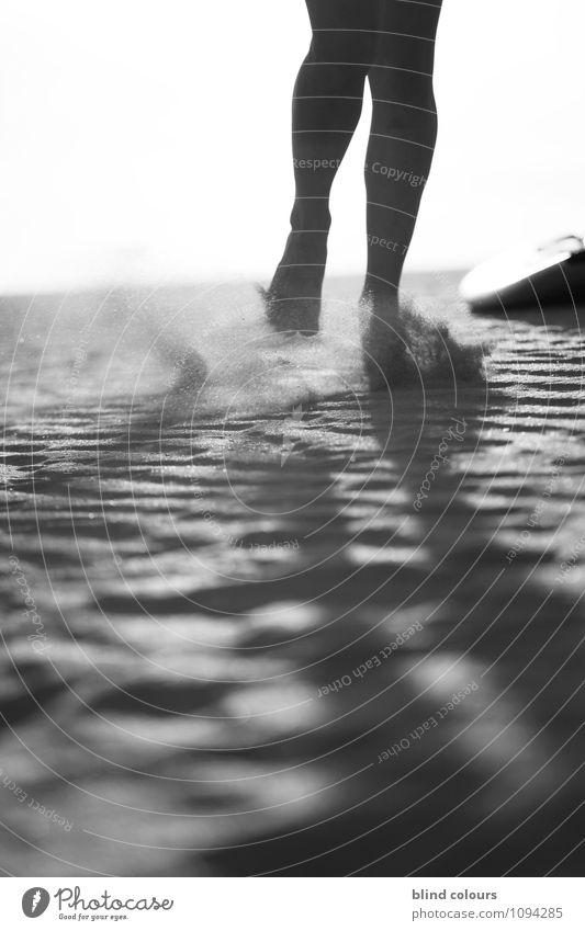 grain de sable Kunst ästhetisch Zufriedenheit Beine 2 Sand Frauenbein wehen laufen Joggen sportlich Fuß schreiten Wüste Schwarzweißfoto Außenaufnahme