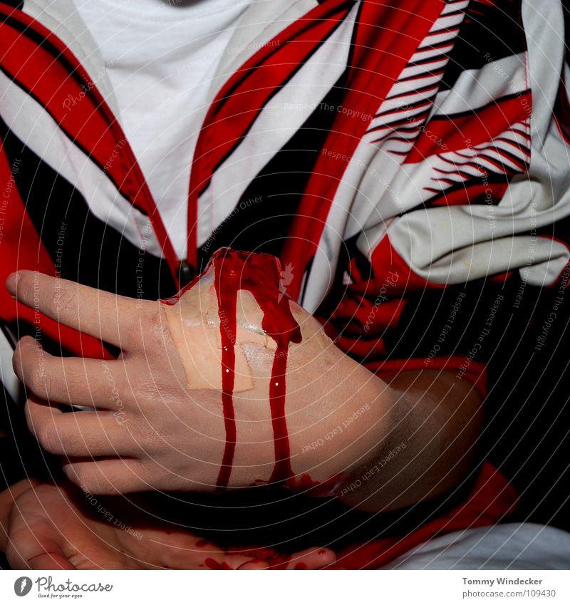 Amputation Daumen Heftpflaster verbinden Gesundheitswesen Sanitäter Wunde Versorgung gefährlich Unfall Zellstoff Rettung Autounfall Verkehr Notfall erste rot