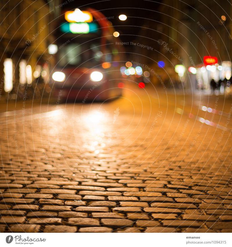 Nachtfahrt Ferien & Urlaub & Reisen Stadt dunkel gelb Straße Gebäude Tourismus gold Verkehr Perspektive Platz fahren Wahrzeichen Verkehrswege Stadtzentrum