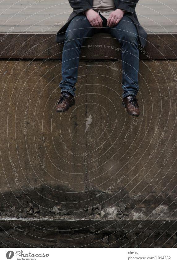 HMV | Drehpause maskulin Hand Beine Fuß 1 Mensch Mauer Wand Treppenabsatz Bahnsteig Jeanshose Mantel Schuhe Stein Metall sitzen historisch trashig Einsamkeit