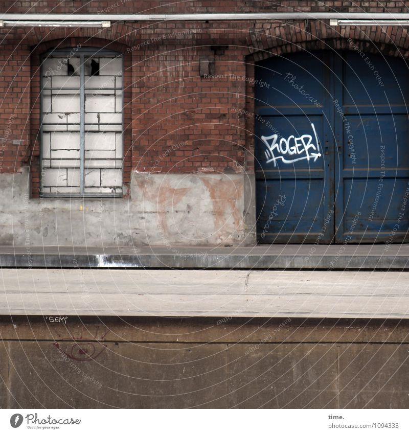 Verstanden Ruine Bahnhof Bauwerk Gebäude Architektur Mauer Wand Fenster Tür alt dreckig dunkel historisch trashig trist Stadt Schmerz Enttäuschung Einsamkeit