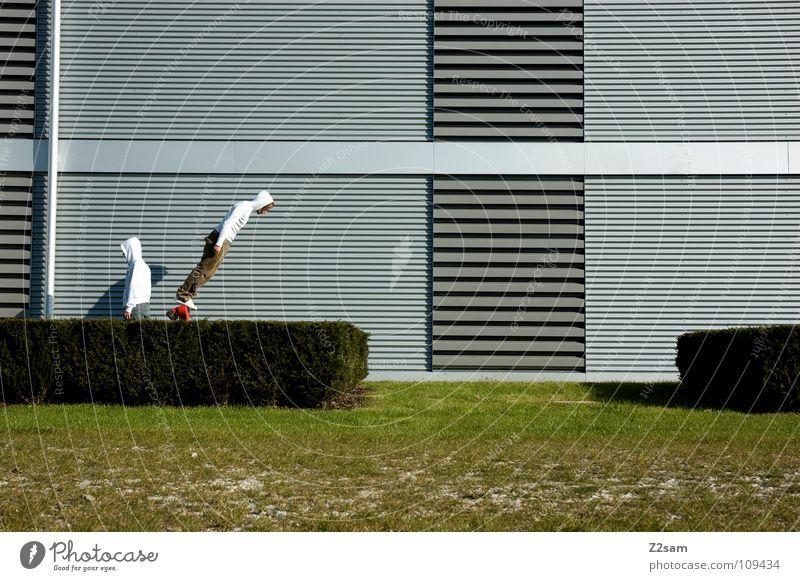 *Balanced* II Mann Natur weiß grün rot Sommer Gras Garten Stil Linie 2 Feste & Feiern Zufriedenheit Beginn gefährlich