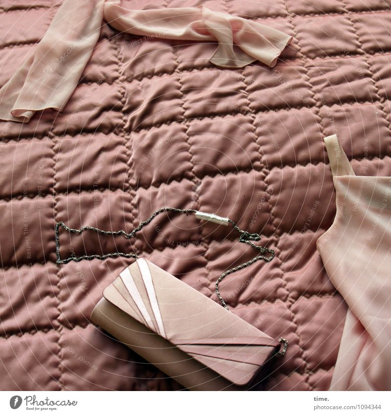HMV | Entspannen in Halle 2 (Noergel-freie Zone) Häusliches Leben Möbel Bett Bettdecke Bekleidung Hemd Stoff Trägershirt Accessoire Handtasche liegen Duft