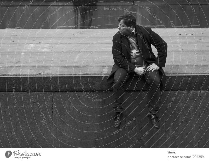 HMV   Lage peilen maskulin Mann Erwachsene 1 Mensch Bauwerk Ruine Wege & Pfade Bahnsteig Jeanshose Mantel kurzhaarig beobachten Blick sitzen warten