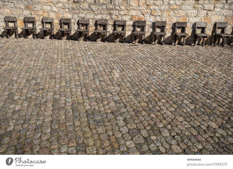 Stuhlreihe Freizeit & Hobby Tourismus Städtereise Häusliches Leben Möbel Kleinstadt Stadt Altstadt Menschenleer Burg oder Schloss Ruine Park Platz Marktplatz