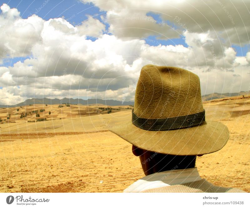 Bauer in den Anden 2 Mann Himmel weiß blau Ferien & Urlaub & Reisen Wolken Einsamkeit Ferne Berge u. Gebirge Landschaft braun Peru Aussicht beobachten Hut Landwirtschaft