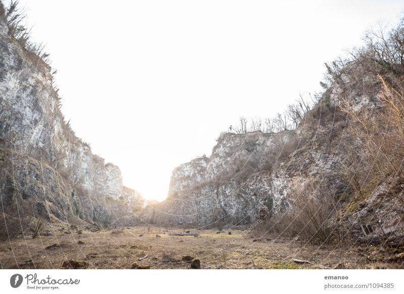Licht in der Mauer Himmel alt Pflanze Sonne Einsamkeit Landschaft ruhig Berge u. Gebirge Wärme Gras Mauer grau Stein hell Felsen Sträucher