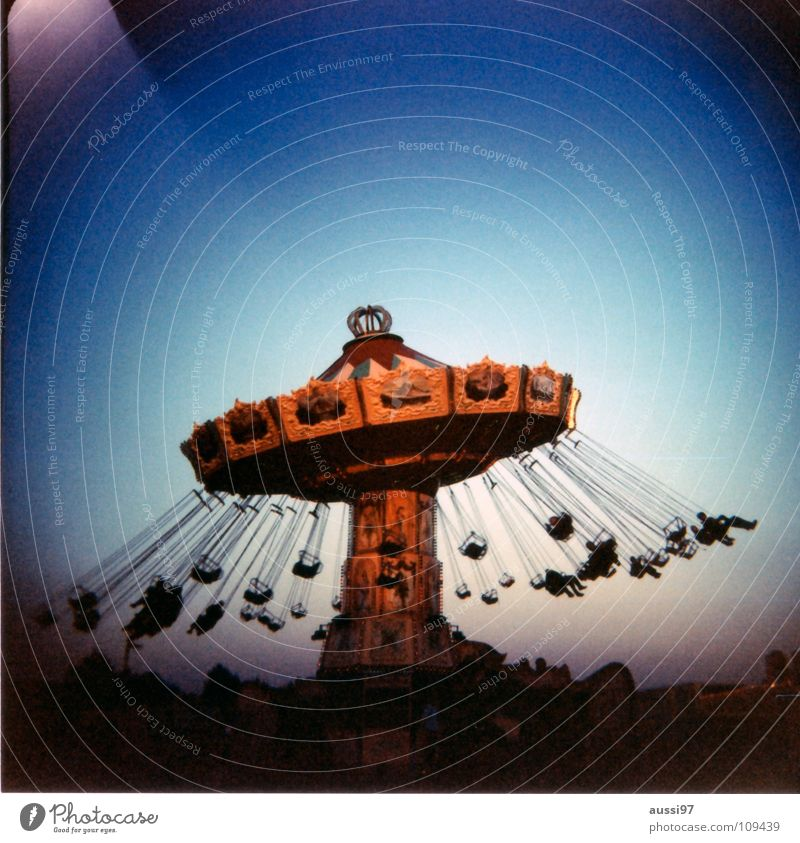 Good day Jahrmarkt Fahrgeschäfte Schausteller Auto-Skooter Karussell Kettenkarussell Holga Mittelformat analog Blues träumen Erholung Ausstellung Freude