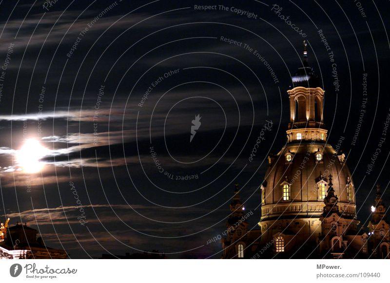 Dresdens bestes Stück Wolken Mond Altstadt Wahrzeichen Denkmal dunkel historisch Frieden Religion & Glaube Vergangenheit Mondschein Kuppeldach Erneuerung