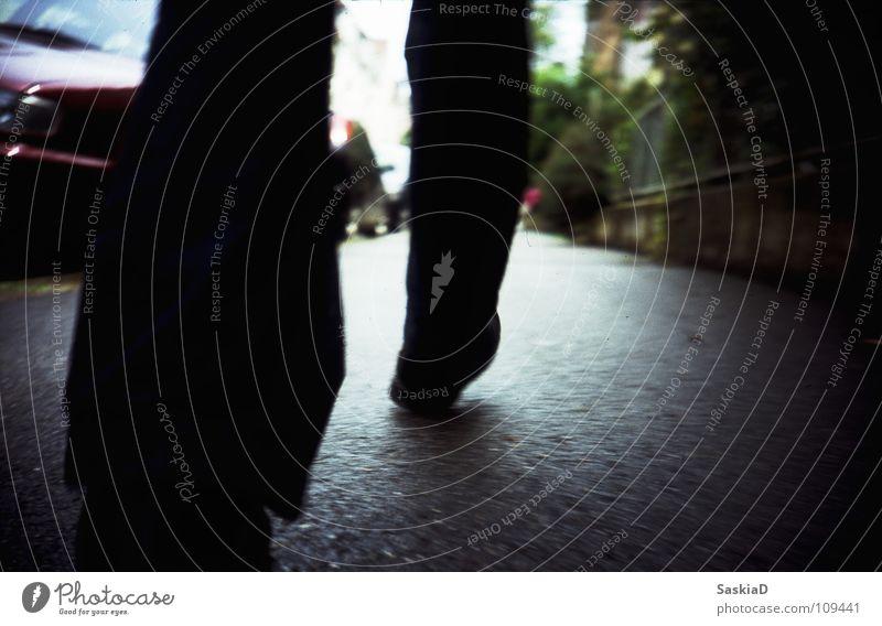Laufschritt Stadt Straße Beine Fuß Schuhe gehen laufen Bodenbelag Verkehrswege Dienstleistungsgewerbe Teer Eile Schuhsohle