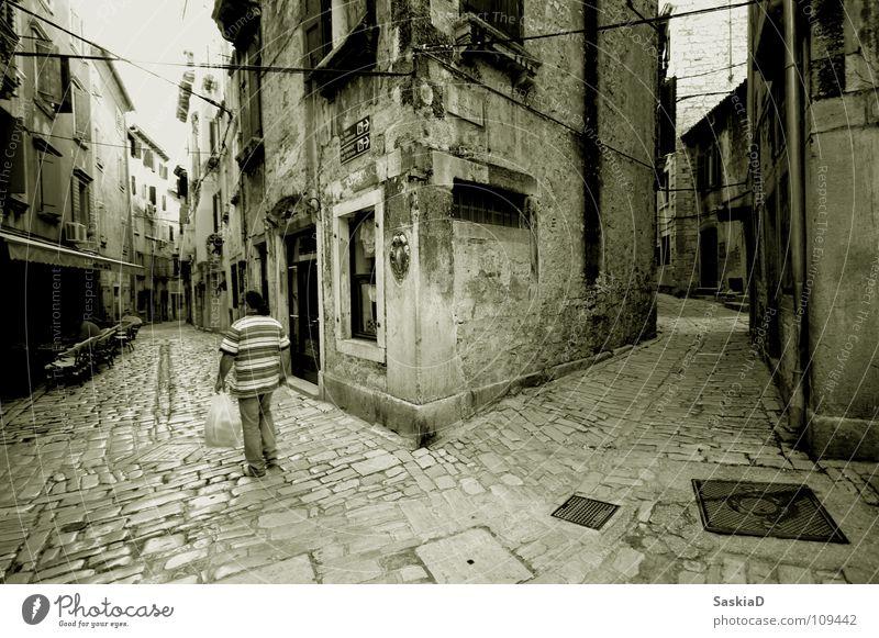 Wege Mensch alt Stadt Haus Einsamkeit Straße Gebäude laufen Kabel nah historisch Verkehrswege eng Schwarzweißfoto Pflastersteine Kroatien