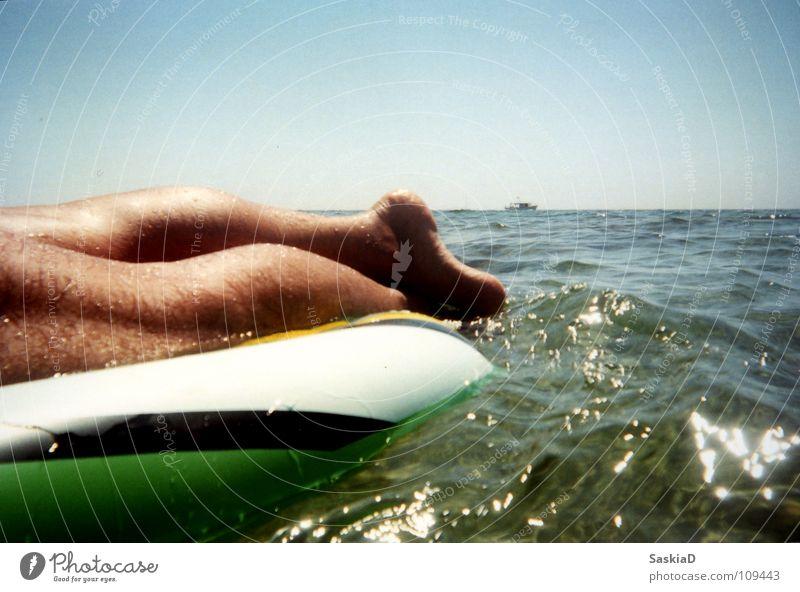 Wasserbett Mann Meer Sommer Ferien & Urlaub & Reisen ruhig kalt Erholung Wärme Beine Wasserfahrzeug Zufriedenheit Horizont Physik Kroatien