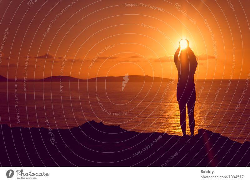 Glühbirne auswechseln Mensch Frau Natur Sonne Meer Ferne Strand Erwachsene Küste Stimmung Erde Horizont orange träumen Idylle Energie