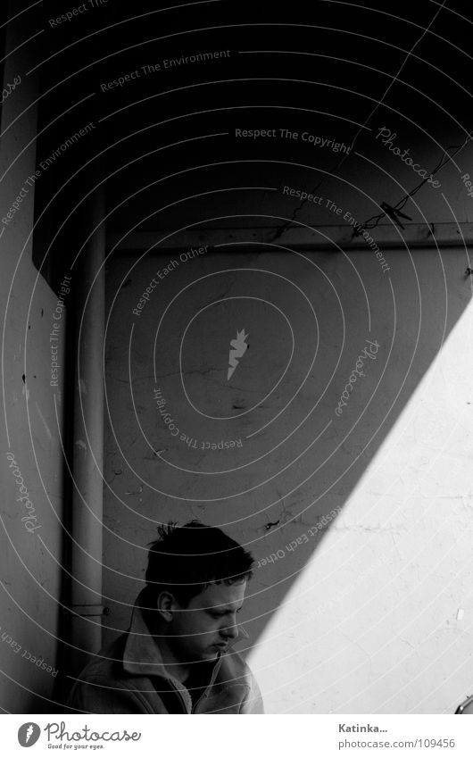 Großstadtgarten Balkon Wohnung Haus Wand Winter Herbst kalt Sonnenstrahlen Trauer Einsamkeit grau schwarz weiß Wäscheleine Wäscheklammern Mann Student Fenster
