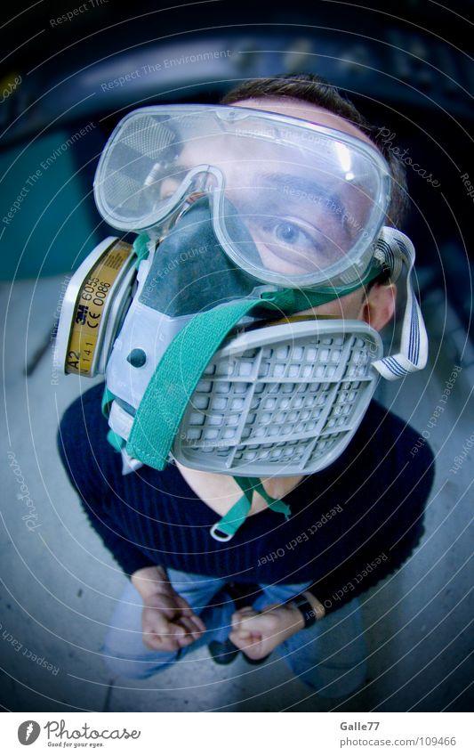 vorschriftsmäßig atmen frisch Luft dreckig rein gefährlich verseucht Porträt Mann Sauerstoff Atemschutzmaske Umwelt Fischauge Arbeit & Erwerbstätigkeit Maske