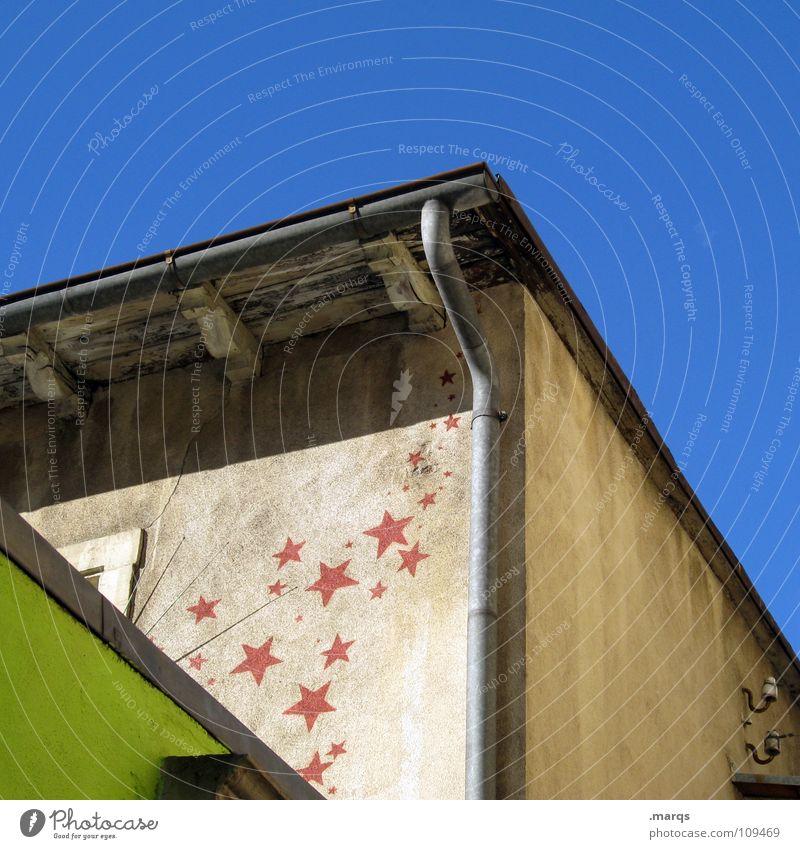 Zum Greifen nah Haus Wand Wasserrinne Regenrinne Dach Dachgiebel rot Ecke gemalt Kunst Kultur Graffiti Wandmalereien Himmel blau Häusliches Leben Stern (Symbol)