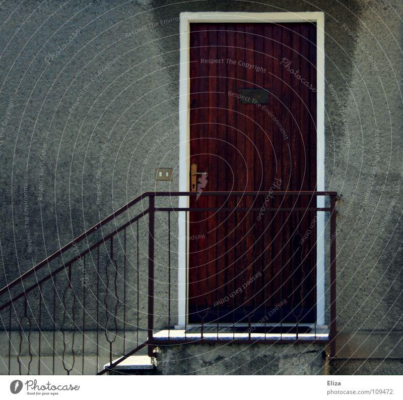 Vor verschlossener Tür. Haus Putz Holz Italien geschlossen Gebäude Wand Geländer alt Klingel schäbig Häusliches Leben