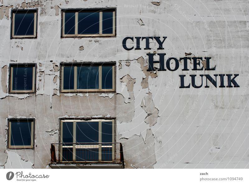 Eisenhüttenstadt Ferien & Urlaub & Reisen Stadt alt Haus Fenster Wand Architektur Mauer grau Fassade Häusliches Leben Tourismus Schriftzeichen Vergänglichkeit