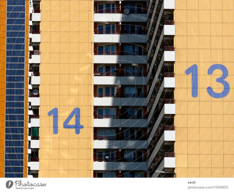 Freitag und Samstag Stadt blau Einsamkeit Haus Fenster gelb Wand Architektur Gebäude Mauer Berlin Linie Fassade Wohnung Häusliches Leben Hochhaus
