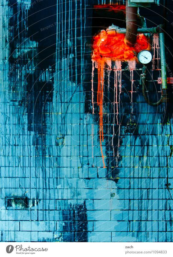 drei Farben: Blau Häusliches Leben Renovieren Uhr Keller Handwerk Baustelle Messinstrument Thermometer Haus Ruine Mauer Wand Fassade Stein Beton Ornament