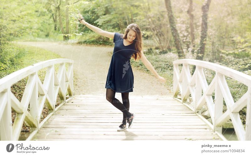 Tanz auf der Brücke Ausflug Abenteuer Freiheit feminin Junge Frau Jugendliche Erwachsene Körper 1 Mensch 18-30 Jahre Natur Landschaft Pflanze Kleid brünett
