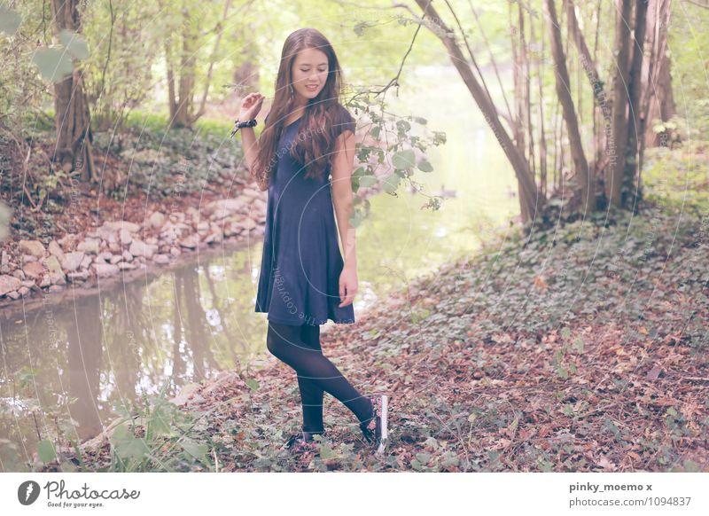 Waldspaziergang Mensch Frau Natur Jugendliche Pflanze Junge Frau schön Wasser Baum Landschaft Blatt 18-30 Jahre Erwachsene Leben feminin Freizeit & Hobby