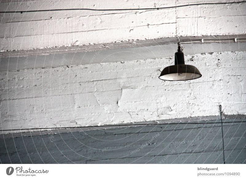 Lichtbild [Aus] Renovieren Lampe Raum Industrie Fabrik Mauer Wand Stein Stahl alt grau schwarz weiß Langeweile trist verwittert veraltet kaputt Kabel Farbfoto